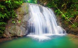 锡基霍尔省海岛瀑布  菲律宾 免版税库存图片