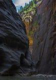 锡安国家公园在犹他,美国使艰苦跋涉狭窄 免版税库存照片
