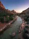 锡安国家公园垂直有河流程的在日落 图库摄影