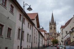 锡比乌上部镇,在特兰西瓦尼亚,在城市的中世纪街道的一个多云下午期间 免版税库存图片