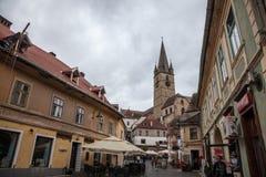 锡比乌上部镇,在特兰西瓦尼亚,在城市的中世纪街道的一个多云下午期间 免版税库存照片