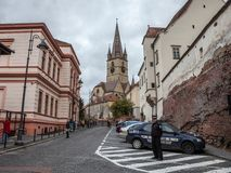 锡比乌当地警察在城市的中世纪街道的特兰西瓦尼亚任命观看锡比乌上部镇军官, 免版税库存图片
