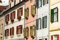 锡比乌,罗马尼亚- 2017年7月18日:房子Windows在锡比乌市,罗马尼亚的老中心 transylvania 免版税库存照片