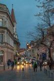 锡比乌,罗马尼亚- 2016年3月8日:waling在街道下的Chids在日落在锡比乌,罗马尼亚 免版税库存图片