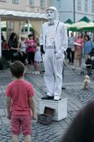 锡比乌,罗马尼亚- 2016年6月17日:在锡比乌国际剧院节日期间,笑剧受到了一个男孩的注意,大正方形的, 库存照片
