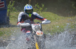锡比乌,罗马尼亚- 7月16 :未知竞争在红色公牛ROMANIACS坚硬Enduro集会与KTM 300摩托车 最坚硬的enduro 库存照片