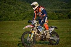 锡比乌,罗马尼亚- 7月16 :未知竞争在红色公牛ROMANIACS坚硬Enduro集会与KTM 300摩托车 库存图片