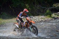 锡比乌,罗马尼亚- 7月16 :未知竞争在红色公牛ROMANIACS坚硬Enduro集会与KTM 300摩托车 库存照片