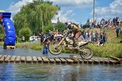 锡比乌,罗马尼亚- 7月16 :未知竞争在红色公牛ROMANIACS坚硬Enduro集会与KTM 300摩托车 免版税库存照片