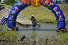 锡比乌,罗马尼亚- 7月16 :未知竞争在红色公牛ROMANIACS坚硬Enduro集会与KTM 300摩托车 免版税库存图片