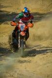 锡比乌,罗马尼亚- 7月18 :耶稣竞争在红色公牛ROMANIACS坚硬Enduro集会的Zavala与Avandaromotorsport摩托车 的treadled 免版税库存图片