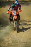 锡比乌,罗马尼亚- 7月18 :耶稣竞争在红色公牛ROMANIACS坚硬Enduro集会的Zavala与Avandaromotorsport摩托车 的treadled 免版税图库摄影