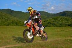 锡比乌,罗马尼亚- 7月18 :Dawyne竞争在红色公牛ROMANIACS坚硬Enduro集会的Kleynhans与KTM 250EXC-F摩托车 的treadled 库存照片