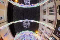 锡比乌12月24日2014年,罗马尼亚 公平圣诞灯、的圣诞节,心情和人走 库存照片