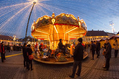 锡比乌12月24日2014年,罗马尼亚 公平圣诞灯、的圣诞节,心情和人走 库存图片