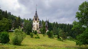 锡纳亚,罗马尼亚- 2018年6月30日:在一个雨天夏天使Peles城堡的看法环境美化 免版税库存图片