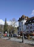 锡纳亚RO, 12月27日:街市广场和Cerbul旅馆从锡纳亚在罗马尼亚依靠 免版税库存照片
