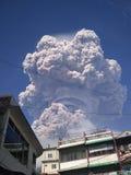 锡纳朋火山登上的爆发 免版税库存照片