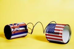 锡罐打电话与美国和夏威夷U S 状态旗子 黑色通信概念收货人电话 库存照片