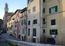 锡耶纳中世纪镇典型的街道视图  库存照片