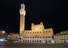 锡耶纳地标夜照片。piazza del园地和Mangia塔。托斯卡纳,意大利 免版税库存图片