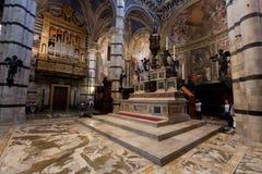 锡耶纳大教堂,与拼花地板的意大利中央寺院二锡耶纳内部  意大利 免版税图库摄影