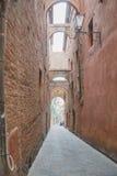 锡耶纳迷人的狭窄的街道中世纪镇 免版税库存照片