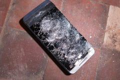 锤击击中智能手机,打破的触摸屏玻璃慢动作急流的崩溃 碎片片段 免版税图库摄影
