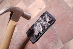 锤击击中智能手机,打破的触摸屏玻璃慢动作急流的崩溃 碎片片段 库存照片