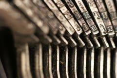 锤击老打字机 免版税库存图片