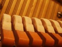 锤击钢琴字符串 免版税库存图片