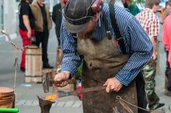 锤击铁的铁匠 免版税库存照片