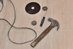 锤子、螺丝刀和一把刀片通报锯特写镜头的 库存图片