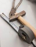 锤子、钳子和测量的磁带 库存照片