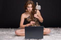 锤子不野蛮石妇女年轻人 免版税库存图片