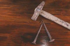 锤子使用的和老钉子 免版税库存照片