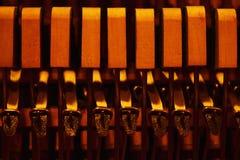 锤子和串在钢琴里面 免版税库存照片