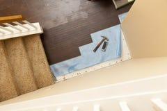 锤子和块大角度看法与新的层压制品的地板 库存图片
