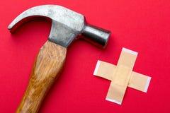 锤子和小条在白色背景 前景 免版税库存照片