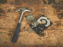 锤子和捣毁的harddrive 免版税库存照片