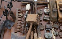 锤子和生锈的挂锁和整平机在蚤ma车间  库存照片