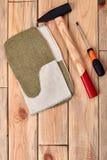 锤子和螺丝刀在木头 免版税库存照片