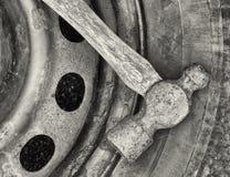 锤子和轮胎 免版税库存照片