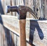 锤子和钉子背景 库存照片