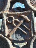 锤子和钢丝钳作为金属门的装饰 库存照片