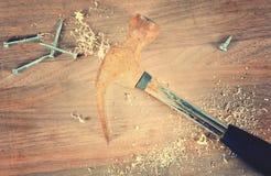 锤子和锯木屑和螺丝 免版税库存图片