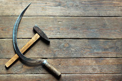 锤子和镰刀背景在老木地板上 免版税库存图片