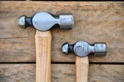 锤子套手工具或基本的工具在木背景 库存图片