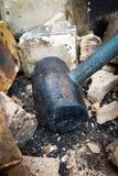 黑锤子拆毁砖 免版税图库摄影