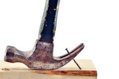 锤子生锈的钉子拔出 免版税库存照片